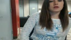 Chica se masturba en biblioteca publica frete a la webcam